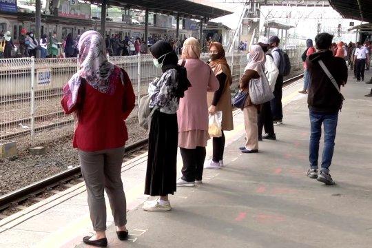 Saat pengguna KRL di Stasiun Tanah Abang berjejer rapi