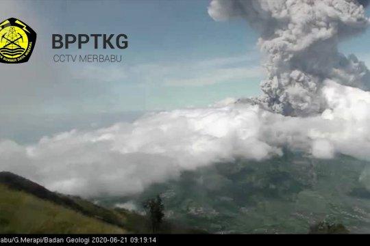Merapi meletus, semburkan abu vulkanik di 8 kecamatan
