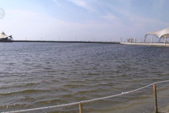 Era normal baru, wisatawan menikmati indahnya Pantai Ancol