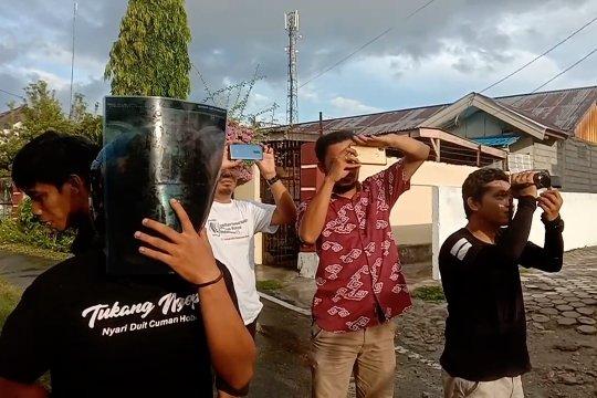 Keseruan warga Palu saksikan gerhana di tengah guyuran hujan