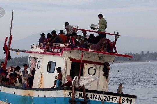Evakuasi warga rohingya yang terdampar di perairan Aceh