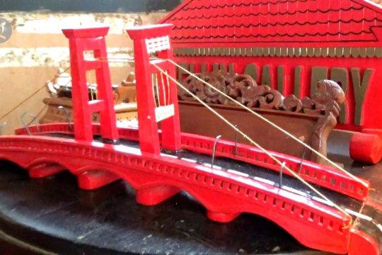 Kreasi miniatur jembatan Ampera dari limbah kayu bekas