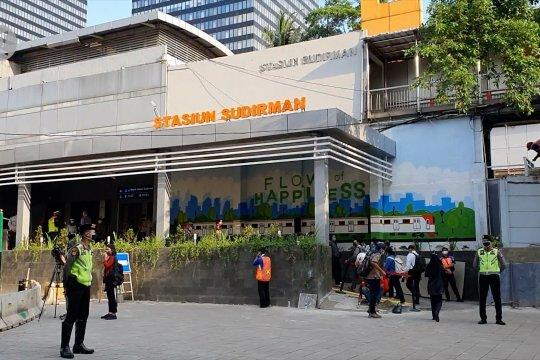 PSBB transisi, petugas tinjau Stasiun Sudirman pada jam pulang kantor