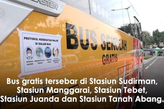 Calon pengguna KRL manfaatkan bus gratis di Stasiun Tanah Abang