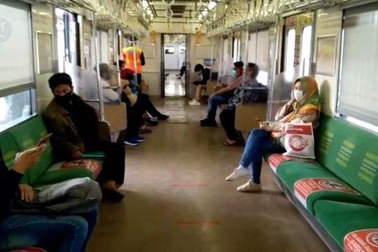 KRL terapkan kapasitas penumpang maksimal 74 orang tiap gerbong.