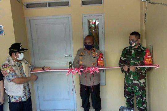 TNI Polri bantu warga bedah rumah dan bangun dapur umum