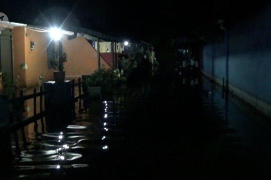 Pengungsi masih bertahan meski banjir rob mulai surut