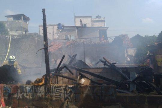 Sembilan bangunan semi permanen terbakar di Jakarta Timur