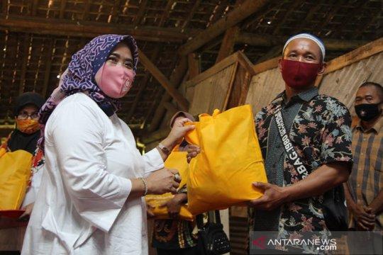 1.000 paket sembako kepada warga terdampak COVID-19 dari IIK Perhutani