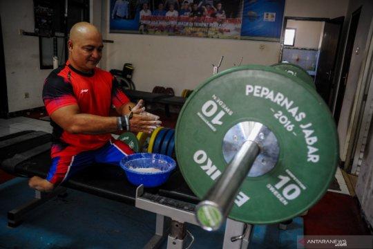 Latihan angkat berat atlet disabilitas