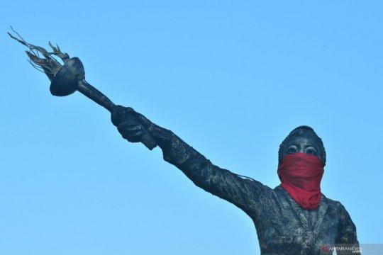 Patung RA Kartini dipasangi masker