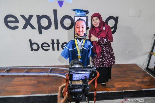 Wisuda menggunakan teknologi robot