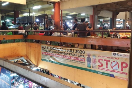 Pembeli Pasar Tomang Barat masih gunakan kantong plastik