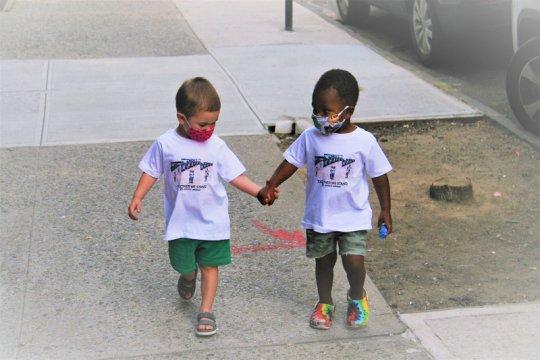 Dua bocah viral berpelukan kini jadi bintang iklan
