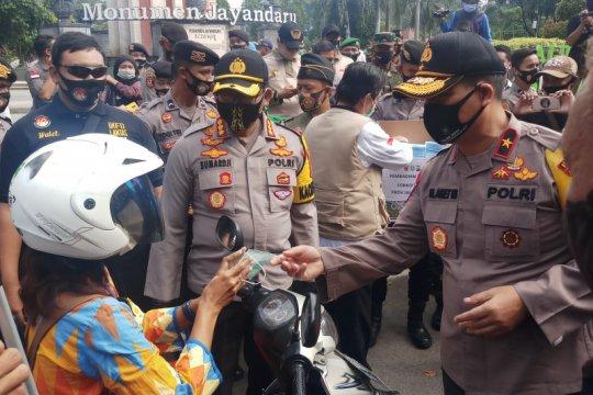 Polda Jatim bagikan 100 ribu masker ke pengendara di Sidoarjo