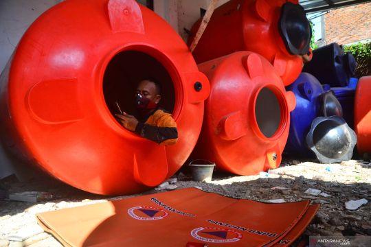 Relawan BPBD isolasi diri di tangki air