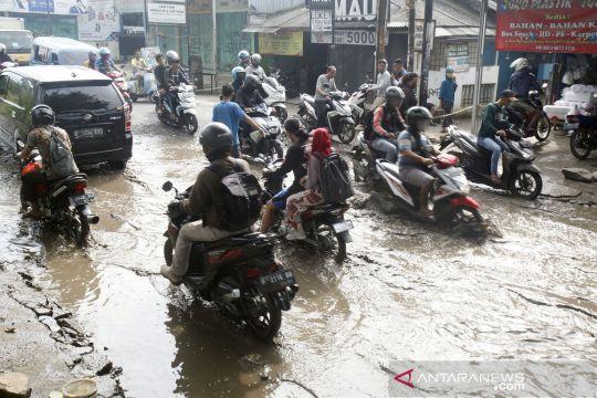 Buruknya kondisi jalan raya di Cibinong Bogor