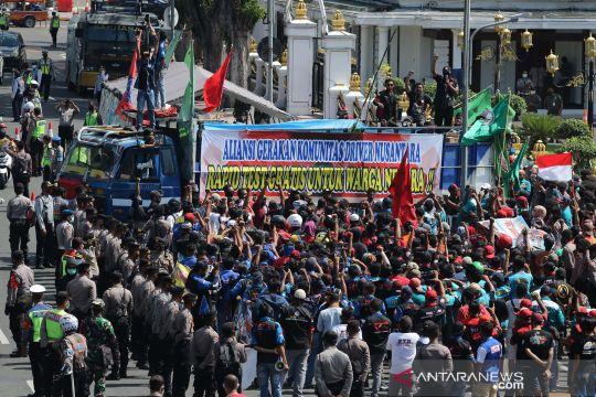 Protes kebijakan rapid test berbayar