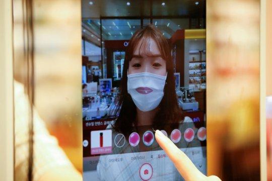 Belanja kosmetik tanpa takut virus corona dengan cermin AR canggih