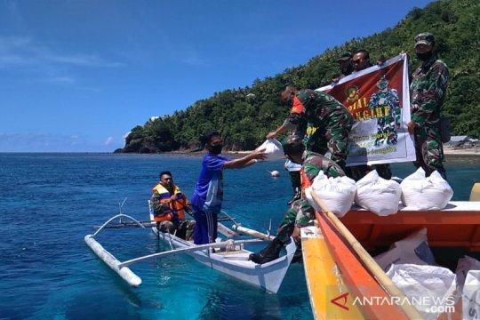 Kodim Sangihe bagikan 120 paket bantuan di Kepulauan Nusa Tabukan