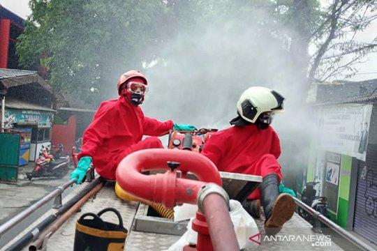 Damkar Jaktim lakukan penyemprotan disinfektan di 17.551 lokasi