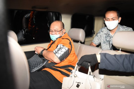 """KPK cecar sembilan saksi soal """"fee"""" dan mobil terkait kasus Ismunandar"""