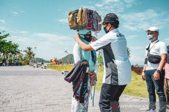 ITDC bagikan 250 masker untuk pedagang asongan di Mandalika