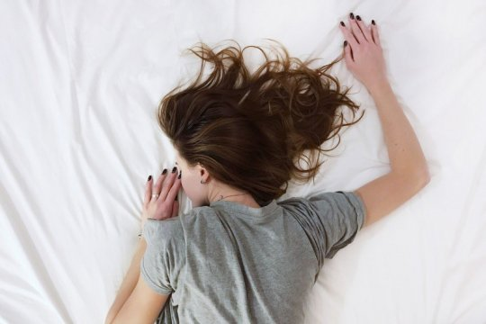 Solusi jika terpaksa tidur saat rambut masih basah
