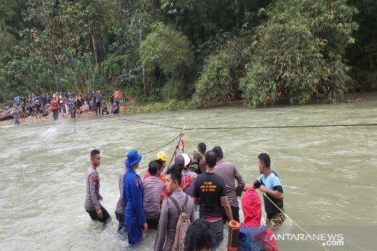 Basarnas evakuasi 33 orang terjebak di Sungai Lamesou Konawe Utara