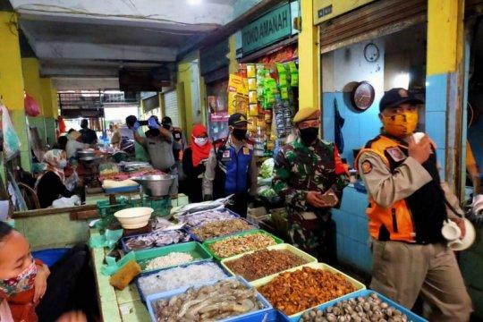 Razia patuh masker digelar serentak di pasar tradisional di Surabaya