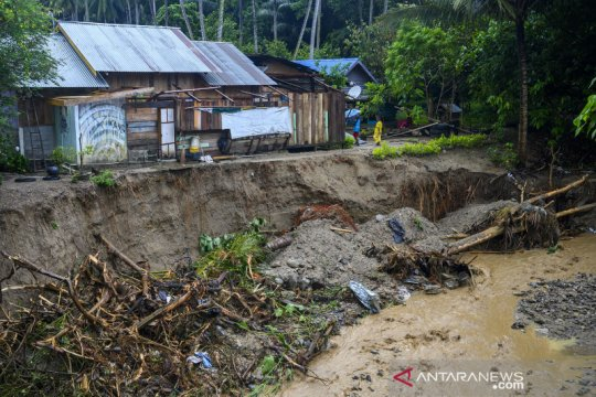 Permukiman terancam ambruk karena abrasi sungai
