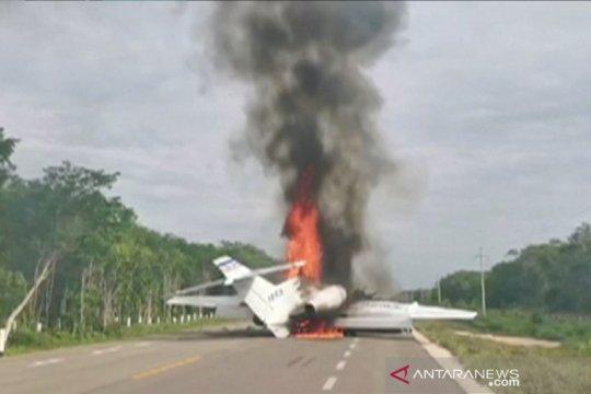 Pesawat yang dicurigai membawa narkoba terbakar di Meksiko