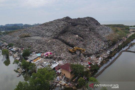 Tumpukan sampah melebihi kapasitas TPA