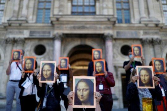 Pemandu wisata di Paris unjuk rasa di luar Louvre