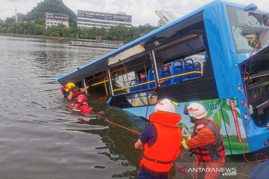 Bus masuk danau di China, 21 tewas