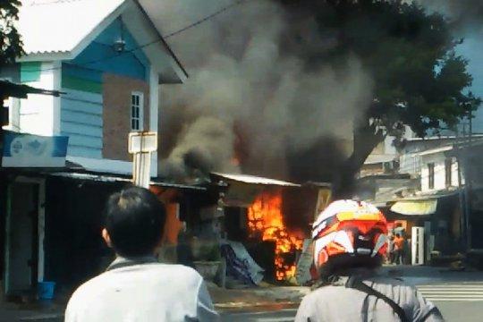 13 unit mobil pemadam meluncur ke Pondok Rumput, Jakarta Selatan