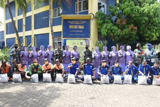 IKKT BS XI Kogabwilhan I bagikan paket sembako di Jakarta Utara