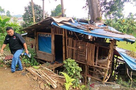 Janda tua tinggal di gubuk bawah pohon dapat perhatian PDIP Garut