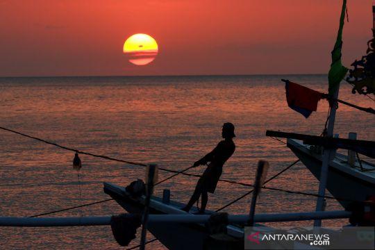 Menikmati matahari terbenam di dermaga Panarukan Situbondo