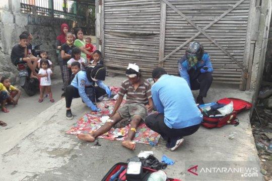 Tunawisma terluka akibat terserempet KRL di Jakarta Barat
