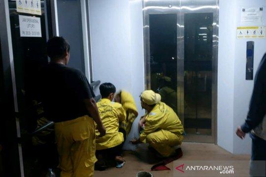 Kelurahan Gelora bersihkan coretan vandalisme di JPO GBK