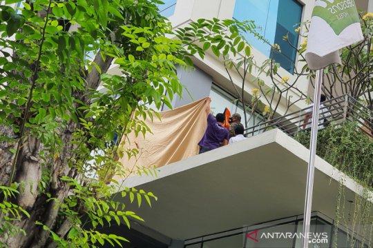 Petugas evakuasi wanita terjatuh di Hotel All Seasons Thamrin