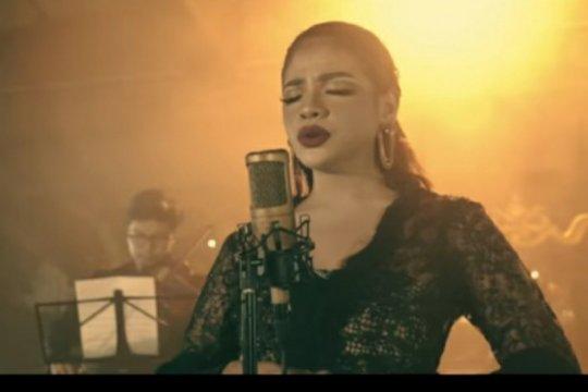 """Sara Fajira nyanyikan """"Lathi"""" dalam versi orkestra"""