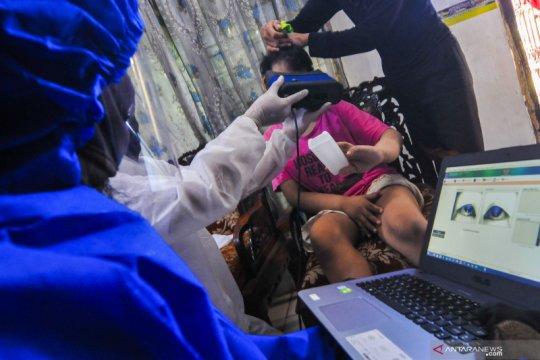 Bantu penyandang disabilitas, petugas Dukcapil datang ke rumah rekam data KTP elektronik