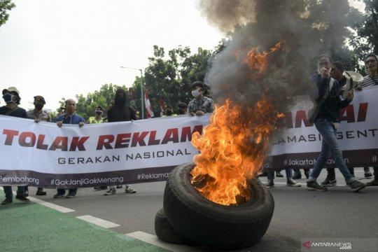 Aksi bakar ban ramaikan demonstrasi tolak reklamasi Ancol