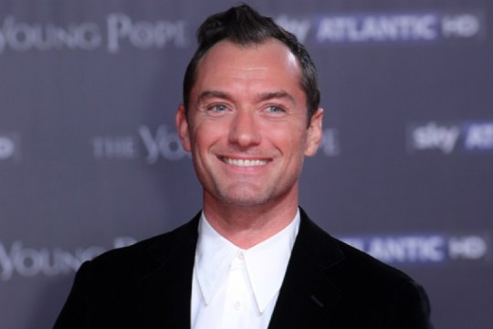 Jude Law sedang negosiasi terkait peran Captain Hook