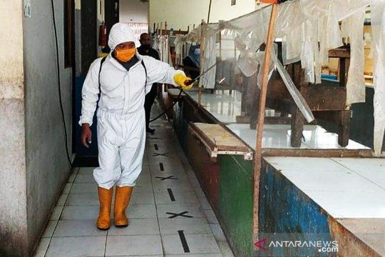 Putus COVID-19, pasar tradisional Kota Tangerang disemprot disinfektan