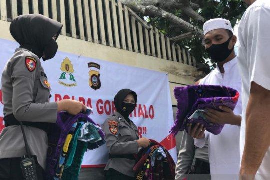 Polwan Polda Gorontalo bagikan bantuan kepada korban banjir