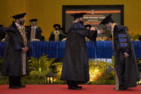 Mendes PDTT menerima gelar doktor kehormatan dari UNY