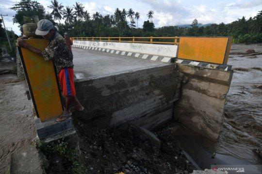 Jembatan rusak akibat banjir